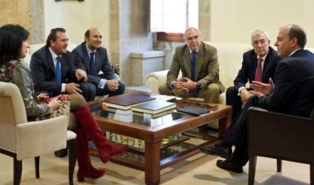 El presidente del Gobierno de Extremadura, José Antonio Monago junto al presidente de la Compañía Española de Tabaco en Rama, Javier Gómez Darmendrail y otros miembros de Cetarsa
